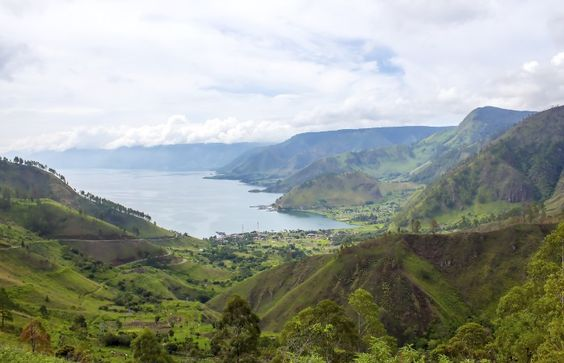 Le Lac Toba s'étend au milieu de la végétation luxuriante de Sumatra #momondo
