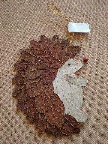 Egeltje met blad geknutselend en papier / hout