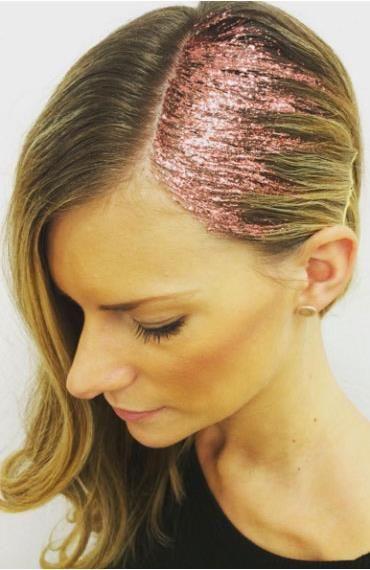À la recherche d'une coiffure simple et originale pour les fêtes? Essayez le glitter !: