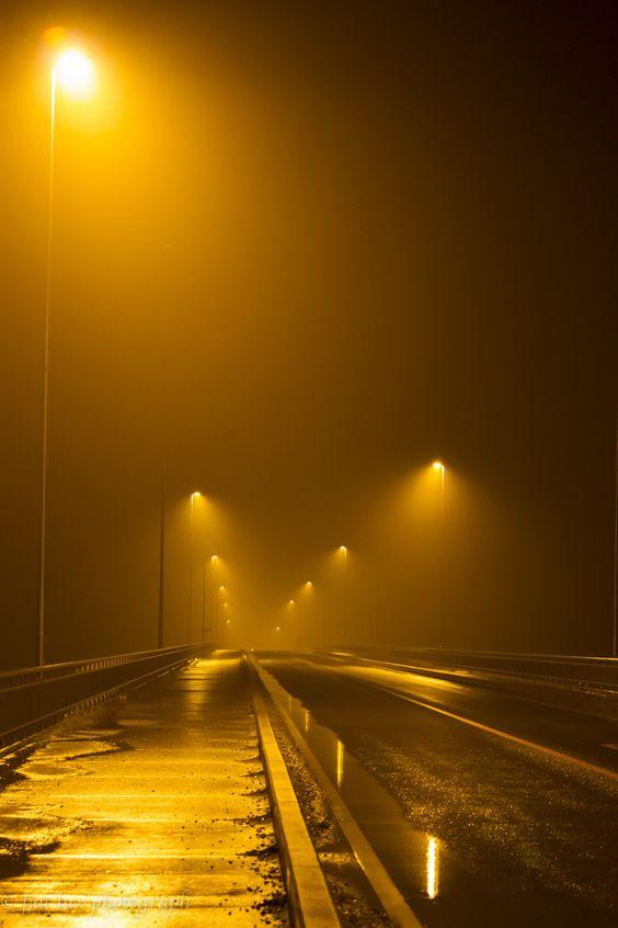Photo Foggy night on the bridge