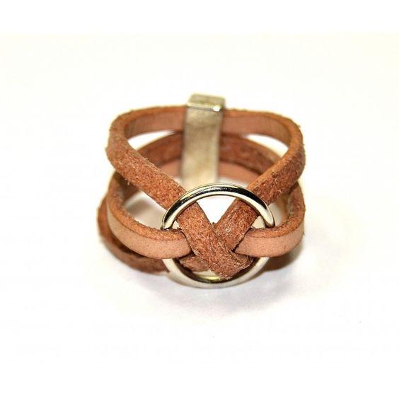 Anicircu: Anillo de mujer hecho a mano, combinando cuero plano y piezas de sama. #anillos #complementos #morricomplementos