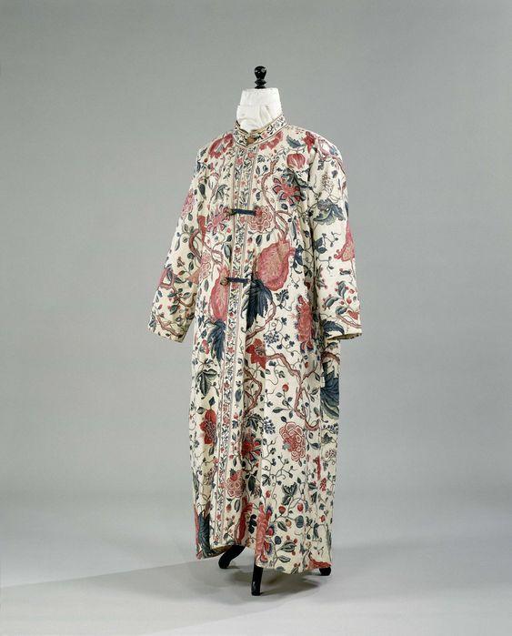 Kamerjas van sits, samengesteld uit diverse banen, met zeer grote bloemen, vruchten en knoestige takken en meegeschilderde rand