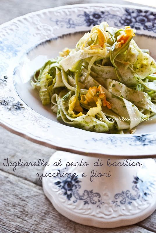 Tagliarelle al pesto di basilico, zucchine e fiori di zucca