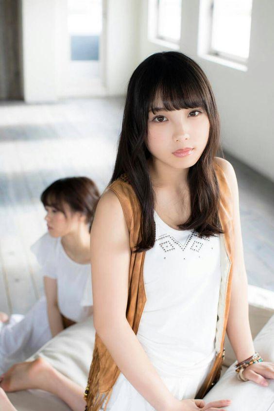 白と茶色の服の与田祐希