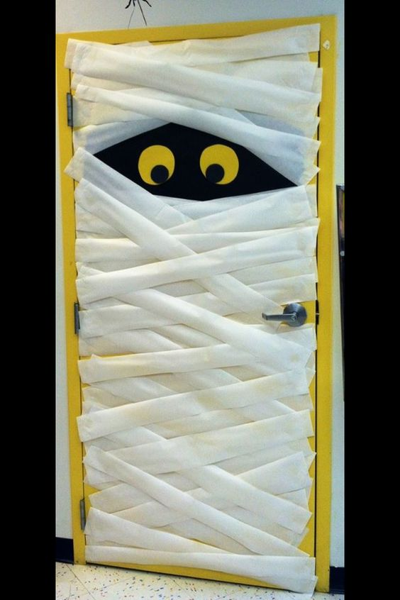 53 classroom door decoration projects for teachers for Decoration fenetre pour halloween