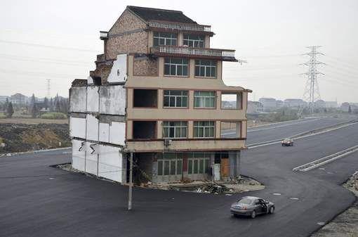 In China lijkt de vooruitgang niet te stoppen, maar een ouder koppel uit Wenling heeft daar blijkbaar een andere mening over. Al de huizen van hun wijk werden onteigend voor de aanleg van een nieuwe viervaksbaan. Het echtpaar ging evenwel niet akkoord met de compensatie voor het verlies van hun woning. Met het geboden geld konden zij geen nieuw huis kopen en bouwen.    En dus werd de snelweg gewoon rond hun stulpje gebouwd met dit merkwaardige beeld als gevolg. Erg veilig lijkt het niet