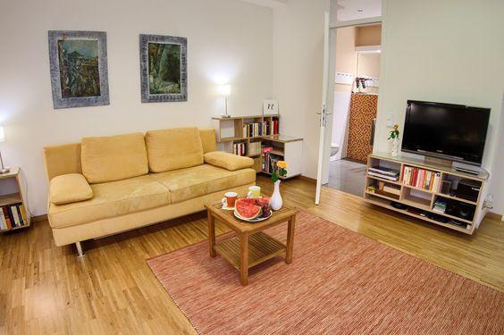 Schlafsofa im Wohnzimmer dieser Ferienwohnung, Wi-Fi und weitere - grimm küchen karlsruhe