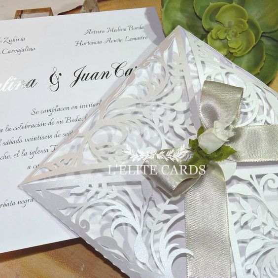 Boda #Catayjuan  ellos quisieron una invitación elegante y moderna y nuestra propuesta manejó un diseño papel blanco puro satinado de alto gramaje con estampado en plateado. #invitación #invitation #wedding #bodas #invitacionespersonalizadas #invitaciones #coutureinvitations #lasercut #silver #white #foilstamp #blanco #blancoyplata by lelitecards