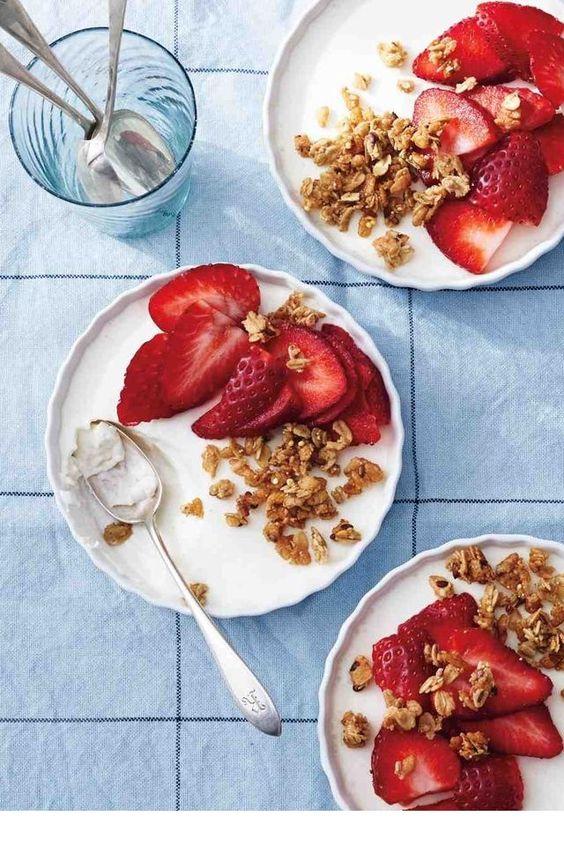 Du granola avec du yaourt et des fraises pinterest petit dejeuner été