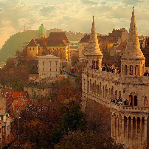 Um pouco de encanto do leste europeu. Budapeste tem um pôr do sol inesquecível para os seus visitantes. Grande parte da cidade, assim como o Castelo Real que fica no bairro de Buda, teve de ser reconstruída inúmeras vezes, devido a guerras e ocupações. Budapeste é a união de três cidades: Óbuda, a montanhosa Buda e a plana Peste. Às margens do Danúbio, um casal poderá ter lembranças lindas para uma lua de Mel...