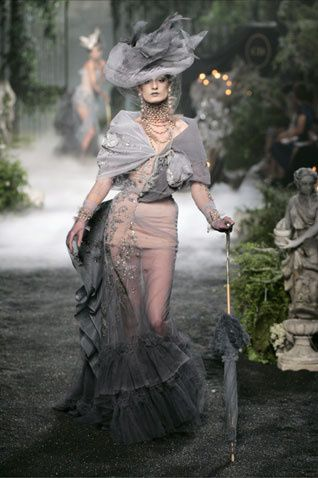 Robe de tulle brodéeMadeleinede la collectionhaute couture automne-hiver 2005-2006. Collection Christian Dior.