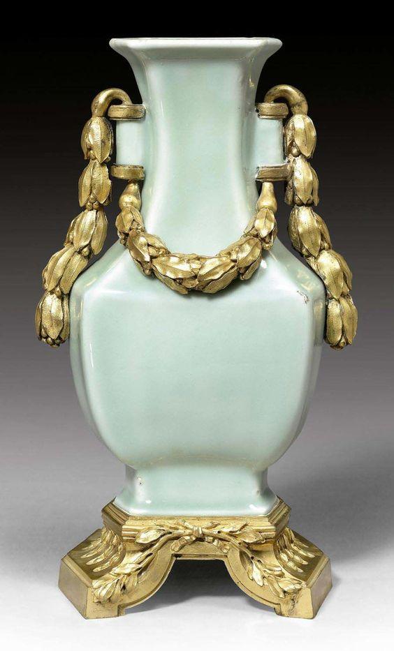 KLEINE CELADONVASE MIT BRONZEMONTUR, Louis XVI, das Celadon