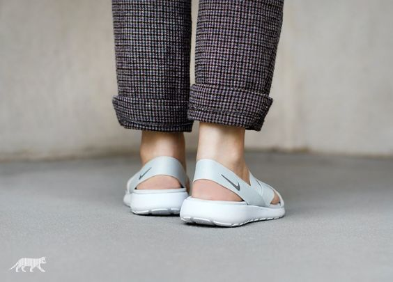 Nike Wmns Roshe One Sandal (Pure Platinum / Wolf Grey - White)