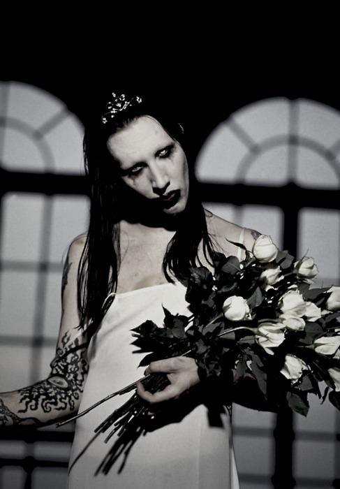 花を抱えるMarilyn Manson