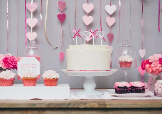 how cute is this cake topper, especially with the glitter & sparkle!  If you look at the other photos in this link you will see that the top of the cake is decorated with the currently popular ruffles and it looks gorge!