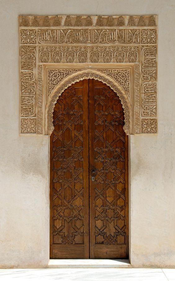 Tür mit Spitzenhaube von Linor