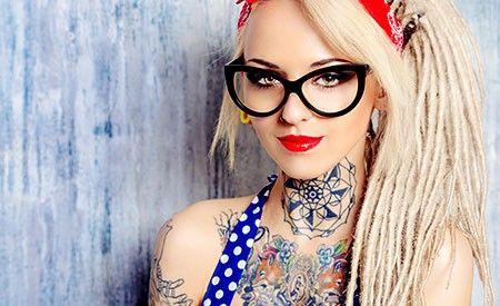 Ein Tattoo ist cool. Weniger cool wird es, wenn die gesundheitlichen Folgen der chemischen Farben eintreffen. Wann und ob dies beim Einzelnen der Fall sein wird, weiss niemand. (Zentrum der Gesundheit) © Andrey Kiselev - Fotolia.com #tattoo #gesundheit #risiko #farbe