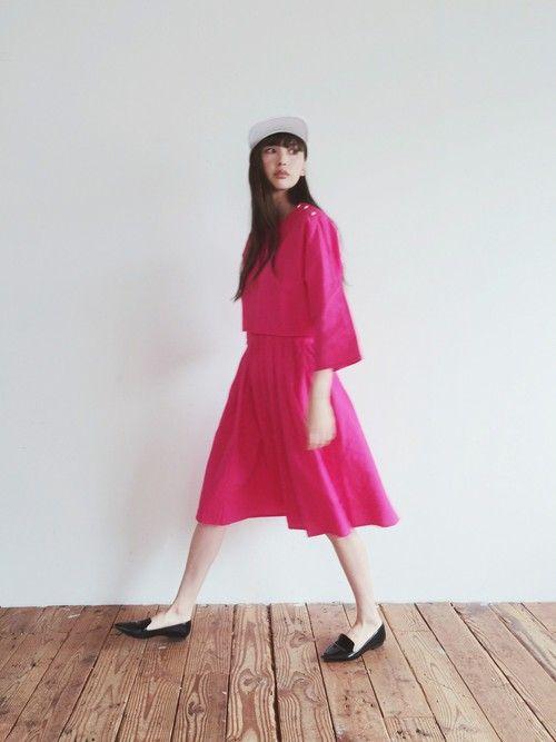 ショッキングピンクのワンダーを着ている鈴木えみ