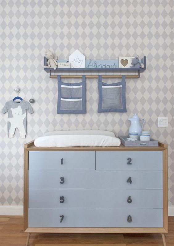 Quarto de bebê - Decoração moderninha - branco azul cinza e madeira clara - cômoda e papel de parede de losango ( Projeto: Triplex Arquitetura )
