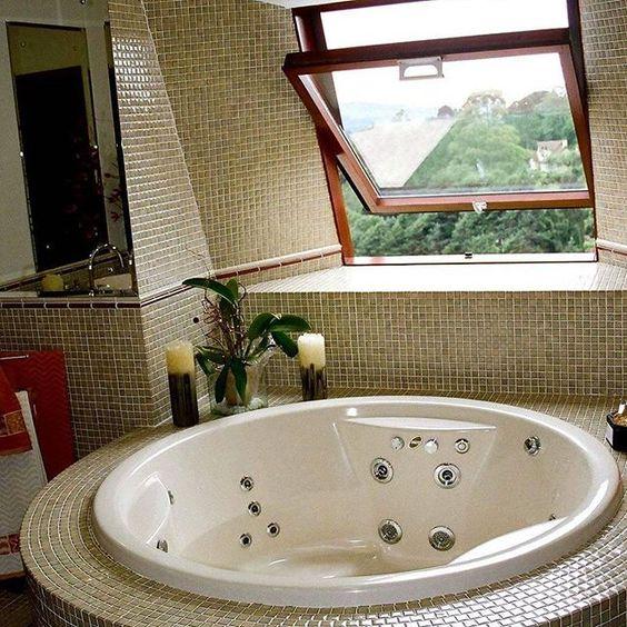 """Luminar """"Muito bem pensado""""                       A decoração de banheiros precisa ser prática e um tanto minimalista. Mesmo quando o banheiro é grande, o melhor é não usar muitos móveis e objetos, atendo-se ao que é moderno e funcional."""