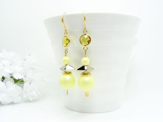 Boucles d'oreilles Perles nacrées Swarovski jaune, Double Spike Métallic Light gold, Intercalaire verre Light Topaze : Boucles d'oreille par madely