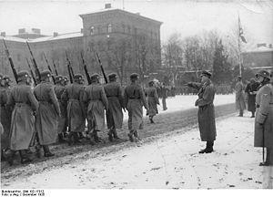 """1. SS-Panzer-Division """"Leibstandarte-SS Adolf Hitler"""" – Metapedia Vorbeimarsch der Leibstandarte vor dem Führer. Hinter dem Führer der Kommandeur Obergruppenführer Sepp Dietrich. (Dezember 1935)"""