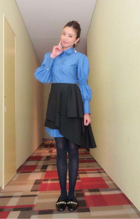 ブルーのワンピースに黒いスカートの片瀬那奈の画像