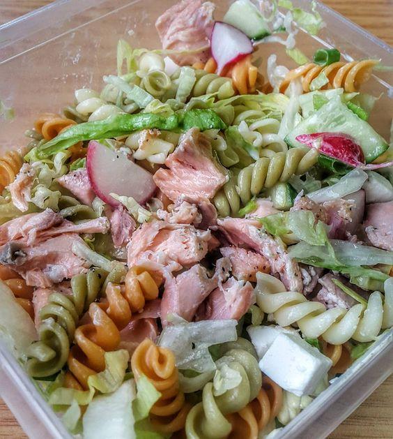 Real man can cook!  Wat kan ik van deze maaltijd genieten.  Salade met komkommer lente uiradijsjespastazalmfileteen paar blokjes feta en kappertjes.  Vanavond tijd voor mijn eerste maandelijkse progress foto's. Ben benieuwd of er wat te zien is. Mijn weegschaal geeft aan van wel.Eerst nog even een uur cardio met een vuilniszak om en dan nog even volgas met de gewichten gooien.  Eet smakelijk!! #fitfam #fitfamnl #fitdutchies #fitdutchie #clean #healthy #gezond #weightloss #gainpost #eatforabs…