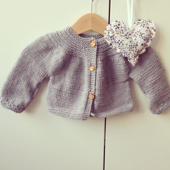 Petit gilet, tricoté il y'a déjà quelques mois pour ma fille en laine Fonty. Le modèle vient du livre Les Intemporels pour bébés. J adore ce gilet qui se tricote en rond. Un prochain en taille 12mois cette fois, verra le jour prochainement