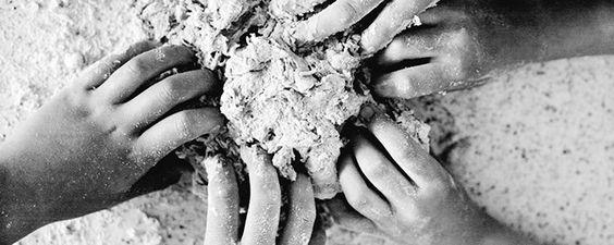 Zelf brood bakken is geweldig. Zien hoe een gistmengsel schuimig wordt, deeg kneden en vervolgens zien hoe het rijst – het is een magisch gebeuren dat kinderen helpt begrijpen hoe ons dagelijks brood nu eigenlijk wordt gemaakt. Deze focaccia kan bijna...