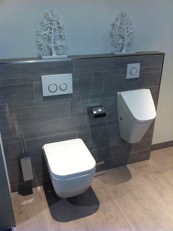 Wandtoilet en urinoir met stroken tegels op achterwand in dezelfde kleur als de vloertegel - Deco toilet grijs en wit ...