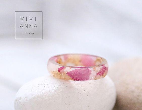 Harz Ring mit echten Rosenblätter & Goldblatt von Viviannaschmuck