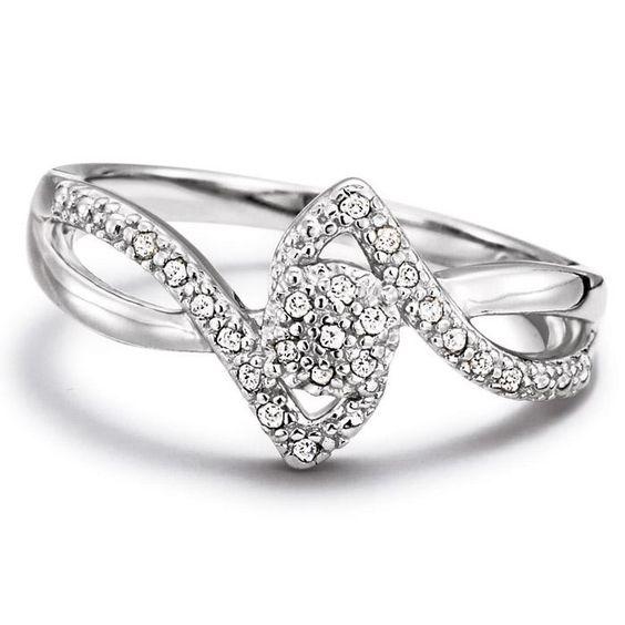 """Una promesa luminosa y radiante. Anillo de plata genuina con diamantes genuinos de 1/10 de quilate. Este anillo representa la primera promesa formal entre la pareja. Importado. La PLATA GENUINA es el nivel estándar de joyería fina de plata en el mundo entero. Sólo la plata genuina lleva la marca de """"plata de ley"""" de .925, que indica su alto nivel de pureza."""