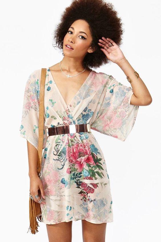 O vestido estilo kimono também fica lindo.