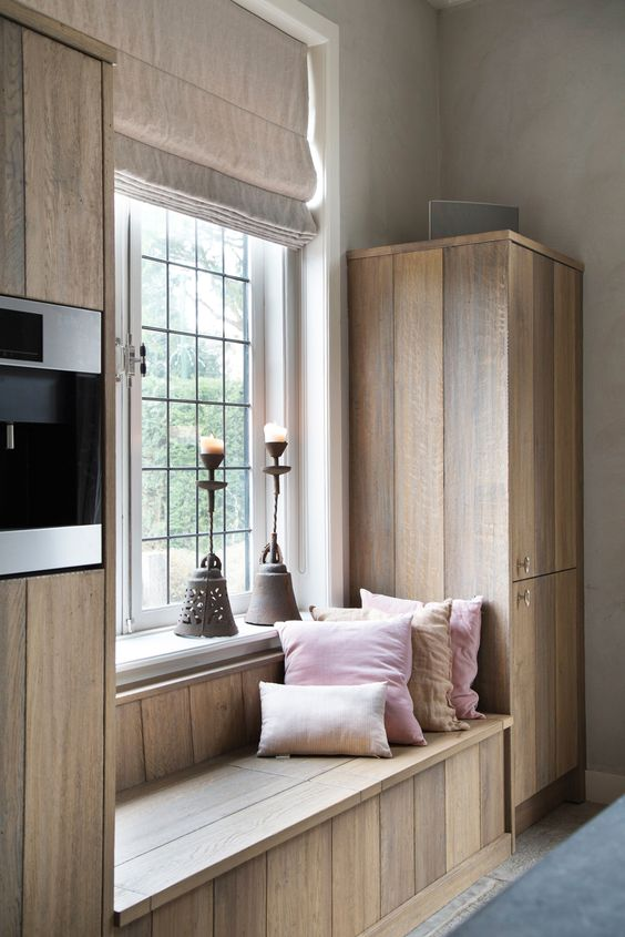 Deze keuken van ruw hout is echt een plaatje doordat de materialen ook zijn toegepast in het zitmeubel. Zo creëren we stijlvolle gezelligheid.