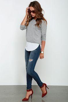 Sweater gris + tacones rojos + jeans, combinación perfecta para vestir creativamente en el trabajo.