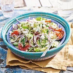 Griekse couscous met witte kaasblokjes || couscous, groentebouillon, rode ui, komkommer, cherrytomaten, witte kaasblokjes, dille, kappertjes, olijfolie