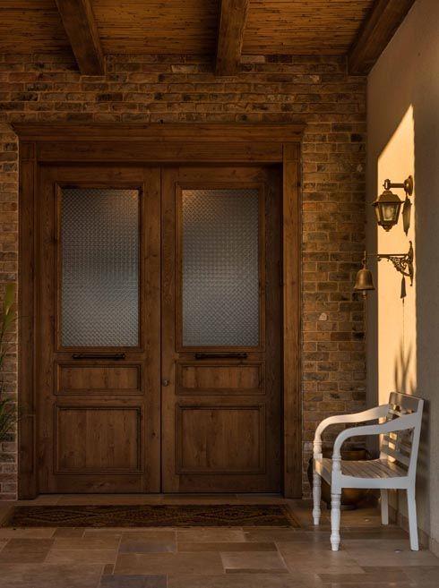 דלת הכניסה והמבואה הרחבה צילום גלעד רדט House Styles House Stairs House Design
