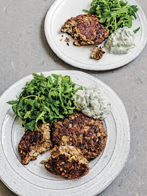 """Persianais in Engeland een regelrechte bestseller, en nu is dit fijnekookboek ook in het Nederlands vertaald. Een heerlijk werk vol Midden-Oosterse recepten– de keuken van 'duizend-en-een-nacht' – geschreven door de Iraanse chef en schrijfsterSabrina Ghayour.Uit dit boek mogen we een lekker recept plaatsen: lamsburgers met pistachenoten. """"Dit is mijn snelle, eenvoudige versie van de Turkse […]"""