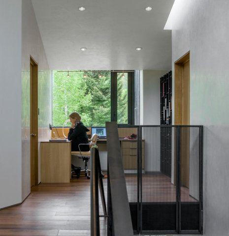 05-home-offices-que-se-encaixaram-no-corredor-escritorio
