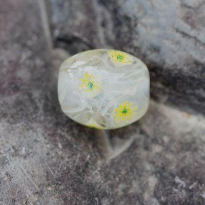 とんぼ玉白地に黄色い花とレースをあしらったとんぼ玉です。玉の大きさは約22mmx約18mm穴の直径は約4mmです。皮ひもを通してネックレスなどさまざまなアクセ...|ハンドメイド、手作り、手仕事品の通販・販売・購入ならCreema。