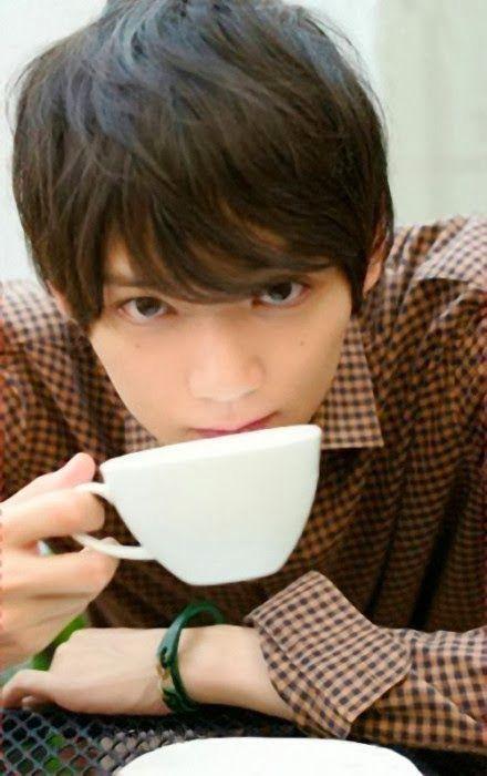 飲み物を飲みながらこちらを見ている古川雄輝のかわいい画像