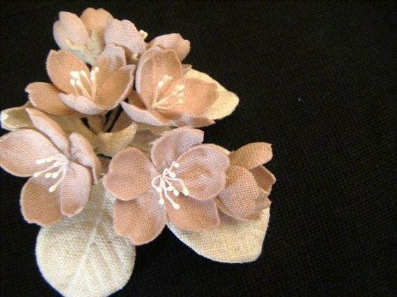 リネン&コットンリネン製布を貼り合わせて作っているので、花びら等には適度な厚み・硬さがありますハレの日にはもちろん、普段使いにもどうぞ♪【色】 さくら(つぼみ...|ハンドメイド、手作り、手仕事品の通販・販売・購入ならCreema。