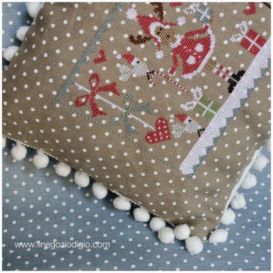 puntocroce e fantasia: un cuscino natalizio