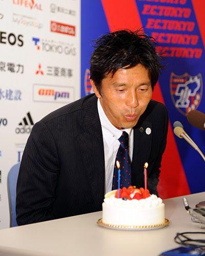 [ J1:第3節 F東京 vs 山形 ] 会見場でバースデーケーキのロウソクを吹き消す城福監督(F東京)。城福監督は48歳の誕生日を勝利で飾った。粋な計らいとなったこのケーキには「Birthday & 勝利 おめでとうございます」と書かれていた。  2009年3月21日(土):味の素スタジアム