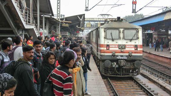 Der Trivandrum Rajdhani Express ist die schnellste Verbindung von der indischen Hauptstadt Delhi in den Süden. Von der Hajrat Nizamuddin Railway Station nach Trivandrum (Thiruvananthapuram) dauert die Reise 42 Stunden, die Strecke ist 3.149 Kilometer lang. Die Reise führt durch die Bundesstaaten Rajasthan, Gujarat, Maharashtra, Goa, Karnataka bis nach Kerala. Ich habe das Reisegefühl in der 3 ...