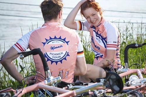 Die Manner Tourradler am Donauufer. Beine hoch und Picknick Sticks zur Stärkung