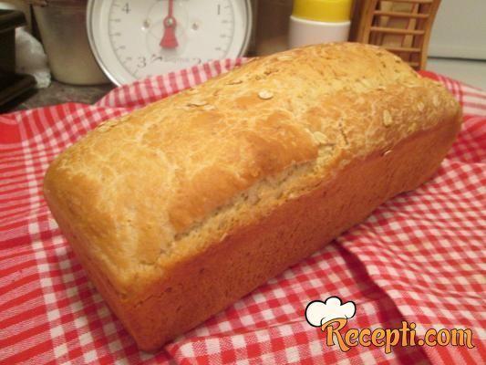 Recept za Hleb sa ovsenim pahuljicama. Za spremanje hleba neophodno je pripremiti belo brašno, crno brašno, vodu, kvasac, puter, so, jaja.