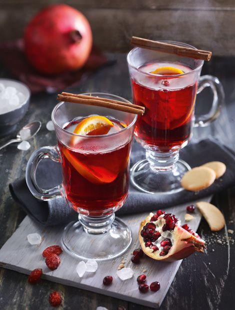 Cranberry-Granatapfel-Punsch mit Rum   Zutaten: 1 Bio-Orange, 1 Vanilleschote, 600 ml Cranberrysaft, ungesüßt (Direktsaft), 400 ml Granatapfelsaft, ungesüßt (Direktsaft), 100 g Diamant Weißer Kandis, 4 cl Rum (40 Vol.-%).   Zubereiten:  Bio-Orange heiß abwaschen und Schale in einer dünnen Spirale abschälen. Saft auspressen und sieben. Mark der Vanilleschote auskratzen. Alle Säfte mit Orangenschale, Vanilleschote und -mark und Diamant Weißer Kandis in einen Topf geben und langsam erhitzen…
