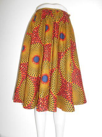 Belle jupe parapluie en wax. Petite ceinture en biais dans le même tissu pour faire un noeud.   Longueur totale 66cm Bande à la taille 1,5cm Ourlet 2 cm Fermeture éclair su - 18222952